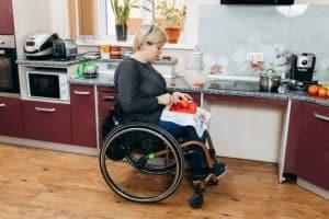 Femme Handicapee Faisant Salade Dans Cuisine